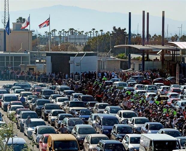Esta semana hubo largas filas de autos en Gibraltar, a la espera de cruzar hacia España
