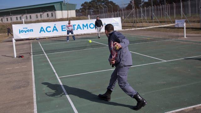 Juan Ignacio Chela y Mariano Zabaleta compartieron una mañana de tenis con los internos de la Complejo Federal Penitenciario Numero 2