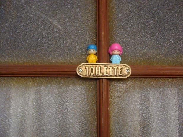 Detalle de Pinypon en el baño de Clara.