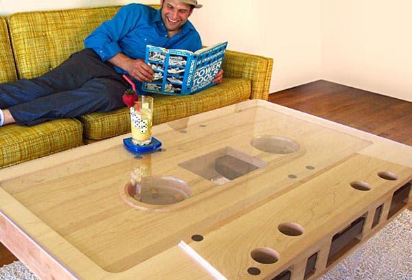 ¿Qué te parece esta mesa de madera? ¿Tendrías un cassette gigante en el medio del living?. Foto: Compradiccion.com