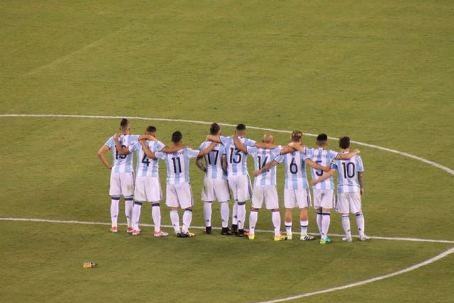 Los jugadores argentino se abrazan durante la tanda de penales