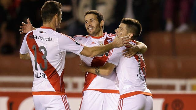 Mayada, en el centro, festeja su gol con Alario y Andrade