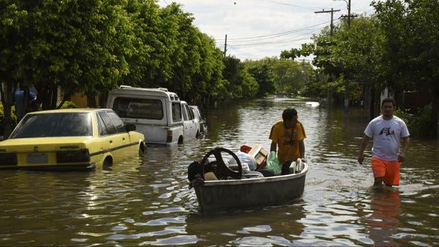 Los botes reemplazaron a los autos en las calles inundadas de varias localidades