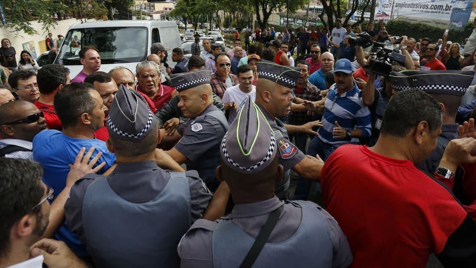 Los seguidores de Lula se reunieron en la puerta de la casa para apoyar al ex presidente. Foto: AFP