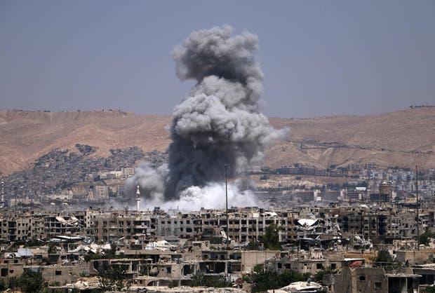 Un barrio en Damasco bajo control rebelde, bombardeado por el régimen sirio