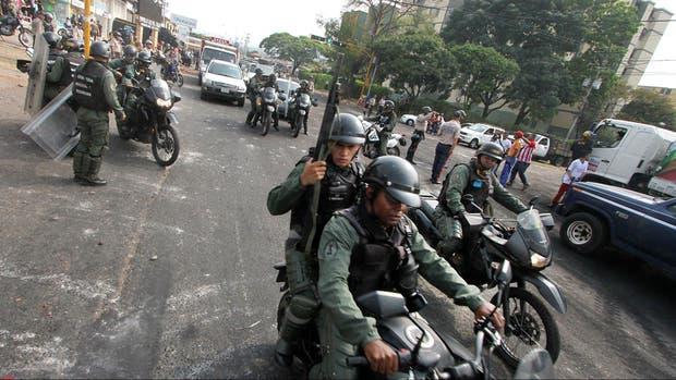 Militares patrullan la zona minera de Venezuela