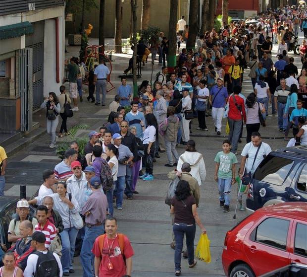 Miles de venezolanos hicieron colas para cambiar sus billetes en el Banco Central, ayer, en Caracas