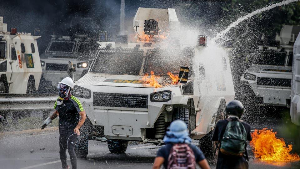 Manifestantes chocan contra la policía antidisturbios en Caracas. Foto: Reuters / Carlos Garcia Rawlins