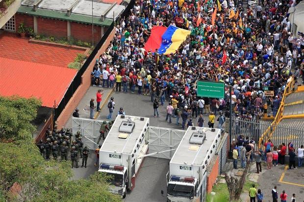 Fuerzas gubernamentales frenan una marcha opositora ayer en Caracas