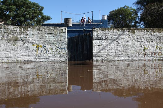 Se desbordó otra vez el río Luján y repitió para muchos el drama de perderlo todo,el agua llegó a pocas cuadras de la histórica basílica. Foto: LA NACION / Ricardo Pristupluk