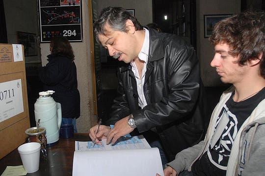 El precandidato a diputado nacional por UNEN-Juntos, Sergio Abrevaya, votó en la mesa 711, en la facutad de Ingenieria. Foto: Télam