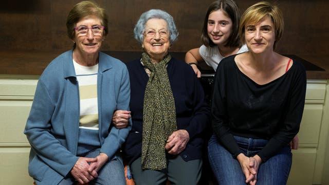 Pilar Fernández (2ª D), 101, posa para un retrato en la cocina de su casa con su hija Pili (Iz), su nieta Flori (D) y su bisnieta Ana en Ambas, Asturias, norte de España