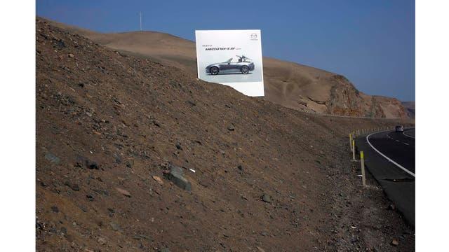 La publicidad de Mazda en un tramo de la carretera al sur de Lima
