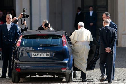 Con poca custodia a su alrededor el Papa se retira del Palcio del Quirinal. Foto: Reuters