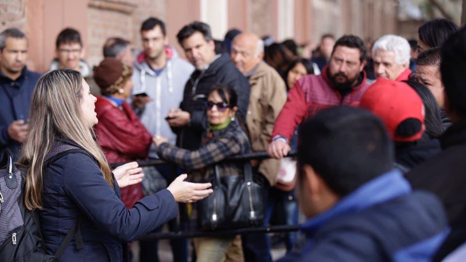Una larga cola de personas se formó durante la mañana de este martes en las puertas de la histórica Bodega Centenario, en la comuna de Guaymallén. Foto: LA NACION / Marcelo Aguilar