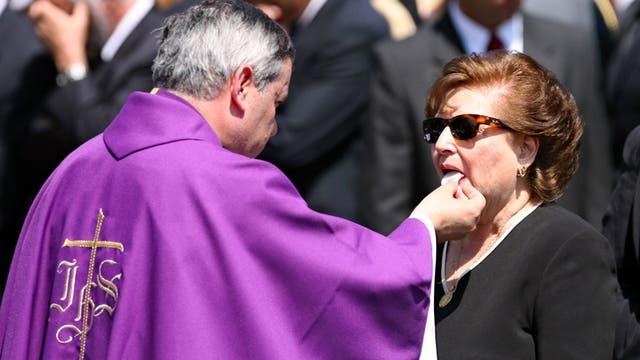 En el 2006 el Obispo Juan Barros le ofrece la comunión a la esposa del ex presidente chileno Augusto Pinochet