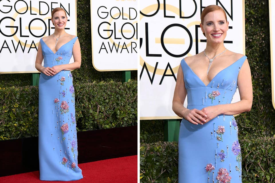 Prada fue la firma encargada de vestir a Jessica Chastain. La actriz hizo lo suyo con este diseño en color celeste con bordados y gran escote. Foto: OHLALÁ! /Reuters, AFP