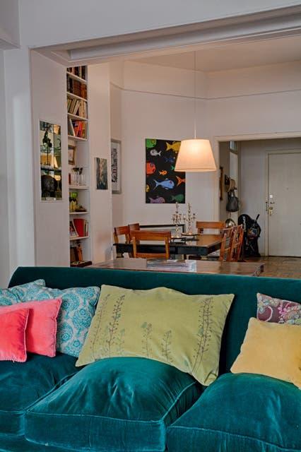 """""""El gran sillón tapizado en pana es un préstamo de mi suegro"""" cuenta Pía. Atrás, el comedor.  Foto:Living /Daniel Karp"""