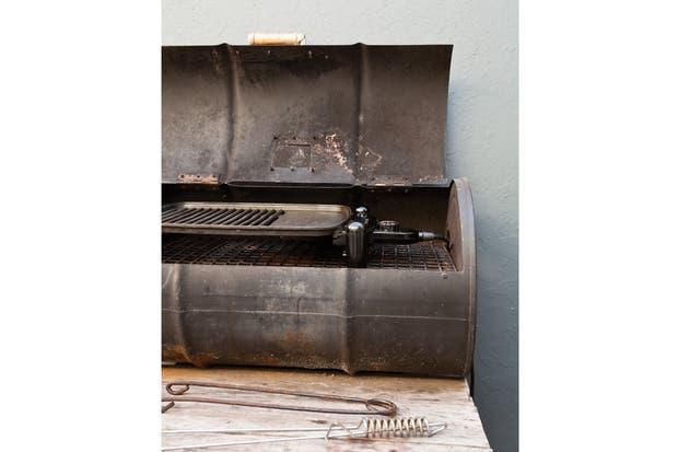 La parrilla está realizada con el típico chulengo, apoyado sobre una estructura de zinc y madera que sirve también para el guardado de carbón y herramientas..