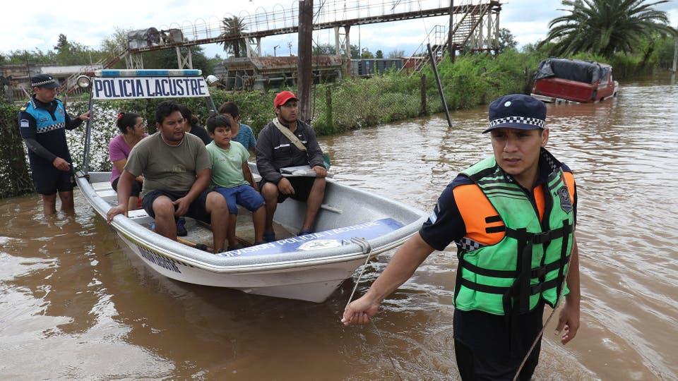 La policía patrulla las calles con sus lanchas y ayuda a los evacuados . Foto: LA NACION / Fernando Font