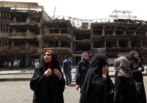 Un grupo de mujeres iraquíes espera noticias de sus familiares tras el atentado de anteayer en Bagdad