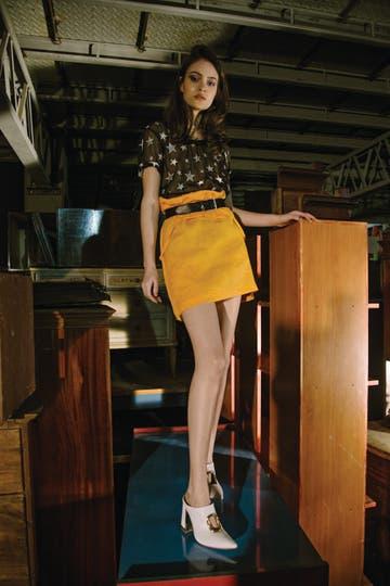 Remera con estrellas bordadas (Complot), vestido usado como falda (AY not dead), cinturón (Clara). Foto: Lobo Velar