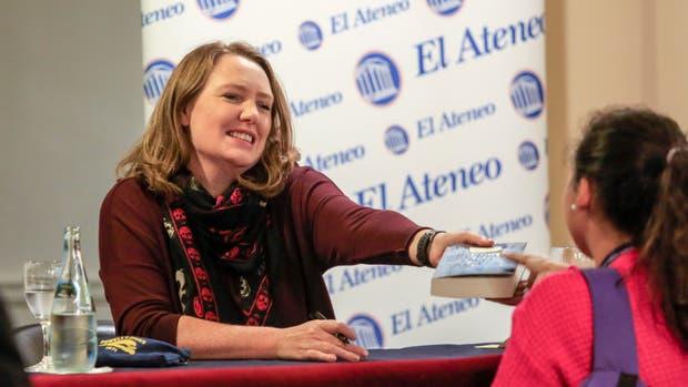 La escritora Paula Hawkins, de visita en la Argentina