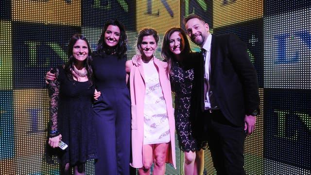 Jimena Grandinetti, María Freytes, Carolina Amoroso y Diego Sucalesca, con una de las productoras de la señal. Foto: LA NACION