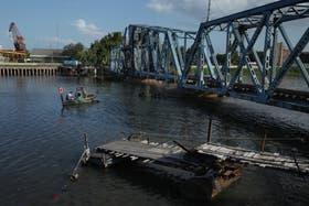 Un bote cruza las aguas turbias hacia Avellaneda