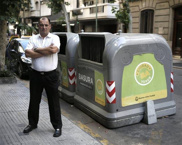 Hugo Silva, de Recoleta, reniega de los nuevos contenedores verdes