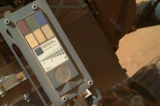 La moneda de un centavo estadounidense ubicada en el cuerpo del explorador, da a los científicos una referencia del tamaño de una roca marciana. Foto: NASA
