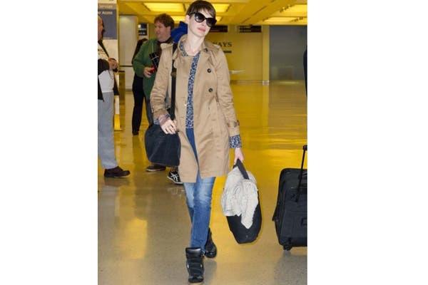 Anne Hathaway las lleva con jeans y trench ¿Te gusta su outfit?. Foto: Fuente: Ellahoy.es