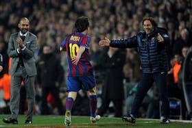 Otros tiempos: Messi grita un gol y abraza a Milito; al lado, Guardiola como DT