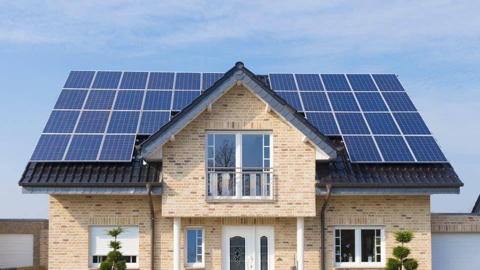 Los paneles solares generan energía limpia y renovable