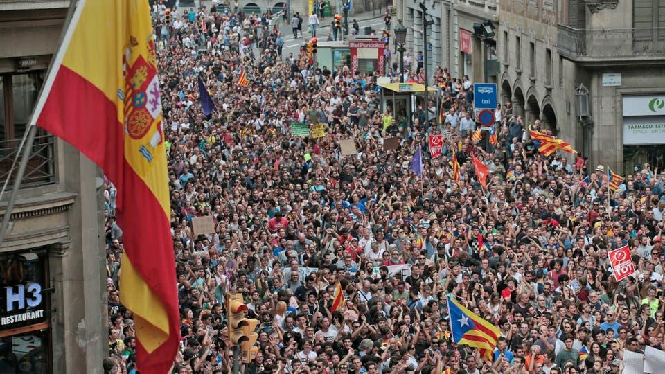 Miles de personas se movilizan por las calles de Barcelona. Foto: AP / Manu Fernández