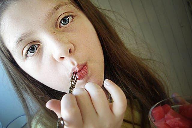 Chiara, de doce años, es una nena que nunca fue vacunada por decisión de Perla, su mamá