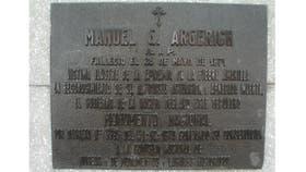 La ?nica tumba existente del viejo cementerio de 1871 es la del doctor Manuel Argerich quien falleci? cumpliendo con su deber, un 19 de Abril de 1871 en plena fiebre amarilla.