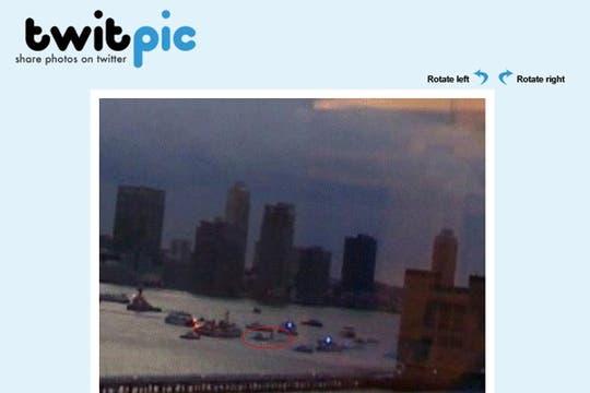 """""""Una vista desde la ventana de mi oficina del avión sobre el río"""" http://twitpic.com/13775. Foto: Gentileza sarahjgiann / TwitPic"""
