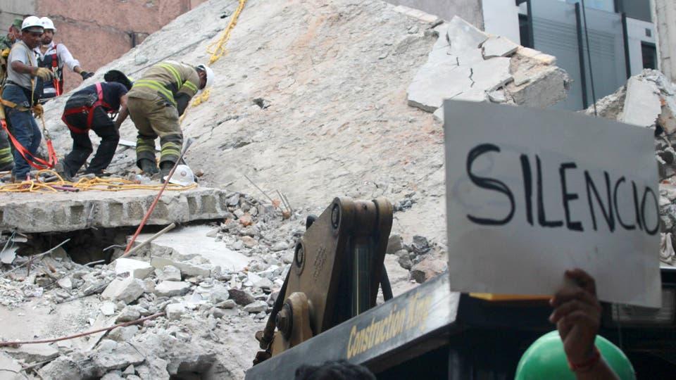 Rescatistas trabajan incansablemente buscando gente entre los escombros. Foto: DPA
