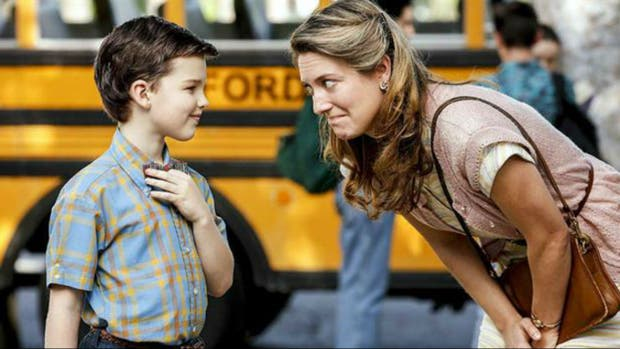 Iain Armitage y Zoe Perry en The Young Sheldon
