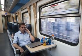 Uno de los pasajeros del tren a Rosario viaja cómodo pero lento en uno de los nuevos vagones