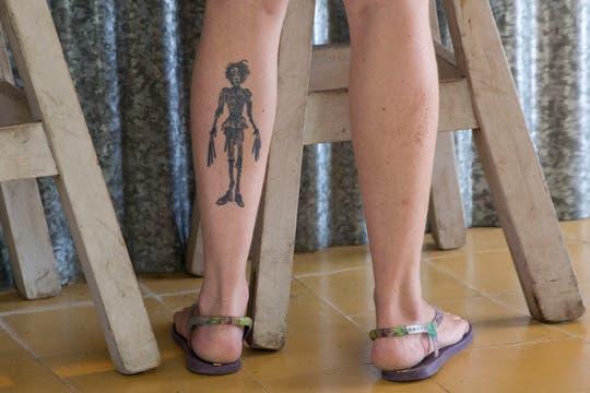 Es casi imposible encontrar piernas libres de tatuajes este verano. Foto: LA NACION / Sebastián Rodeiro