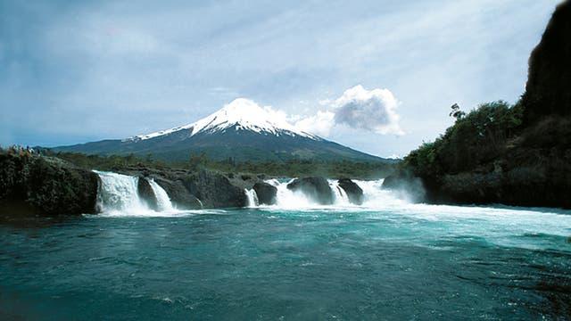 Los saltos de Petrohué y la silueta del volcán Osorno, en el parque Pérez Rosales
