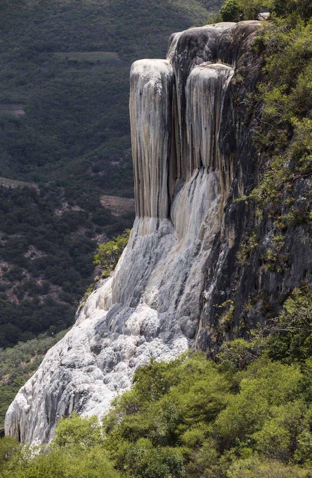 Al brotar de la montaña, el agua se calcifica y parece cera derretida