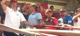 Loquillo, de blanco, y Bebote (celeste), en la tribuna de los Rojos