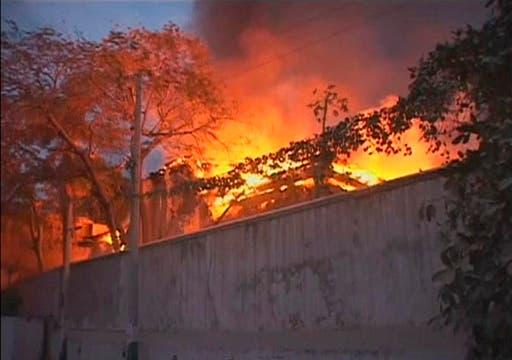 Varios edificios incendiados tras el terremoto.. Foto: Reuters