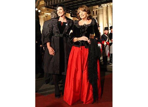 Las periodistas Mónica Gutiérrez y Magadalena Ruiz Guiñazú coincidieron en elegir el negro y rojo, en distintas dosis y con dudosos resultados. Foto: LA NACION y agencias