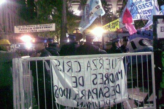 Policías custodiando el acceso a la Casa Rosada. Foto: lanacion.com / @msolamaya