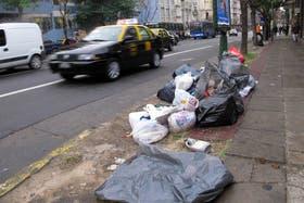 Gran cantidad de basura acumulada en la ciudad de Buenos Aires por una protesta de trabajadores de la recolección de residuos contra la obra social de Camioneros