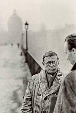Jean-Paul Sartre en París en una célebre fotografía de Cartier-Breson